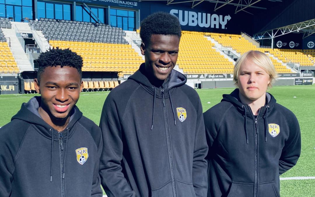 Kolme nuorta pelaajaa sopimuksiin