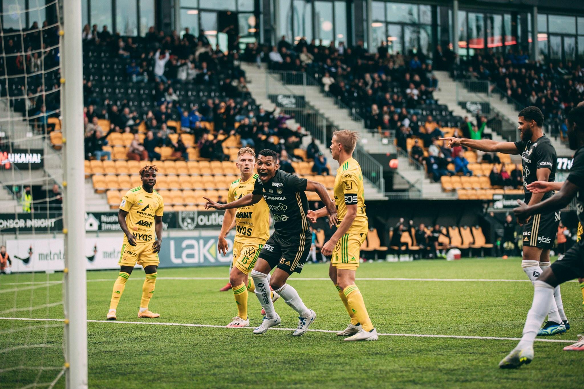 Cristhian Valencia tuulettaa 1-0 voittomaalia Ilvestä vastaan OmaSp Stadionilla 14.6.2021